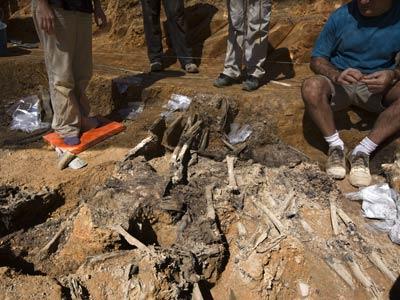 Los trabajos de exhumacion en la Fosa Comun de la Guerra Civil en La Pedraja.