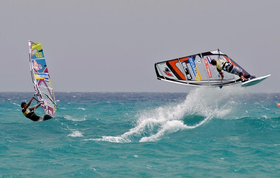 02/08/2010 - VELAS - El venezolano José 'Gollito' Estredo (i), junto al belga Steven van Broeckhoven, momentos antes de alzarse con el título de estilo libre del XXV Mundial de Fuerteventura de tablas a vela, que se disputó en aguas majoreras de Sotavento. EFE