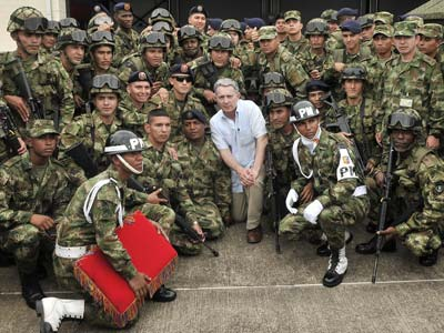 Uribe posa, esta semana, con integrantes de la Fuerza Especial Omega del Fuerte Larandia, en la zona rural de Florencia del departamento de Caquetá.presidencia / afp
