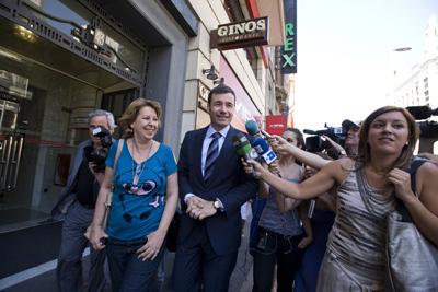 Tomás Gómez, flanqueado por la portavoz parlamentaria en la Asamblea de Madrid y miembro de la ejecutiva federal Maru Menéndez. - Reyes Sedano