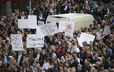 Miles de personas protestaron ayer en Estocolmo contra la entrada de la ultraderecha en el Parlamento sueco. AFP
