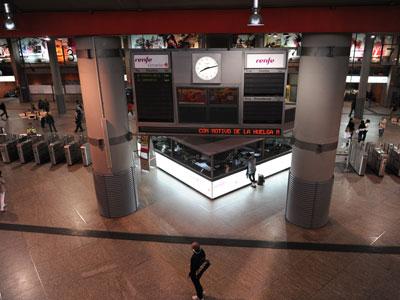 Las estaciones de tren y las de metro tuvieron mucha menos afluencia que un día ordinario en la red de transportes de Madrid. FERNANDO SÁNCHEZ.