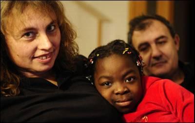 Yanira, en su casa de Sant Quirze del Vallès (Barcelona) con sus padres adoptivos.