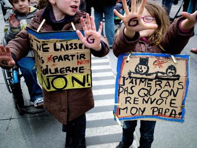 Dos niños participan en una manifestación en Lyon contra la expulsión de un inmigrante angoleño sin papeles. AFP