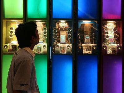 Un vendedor camina frente a reproductores de mp3 en una pequeña tienda de Kuala Lumpur, Malasia.Goh Seng Chong/Bloomberg News
