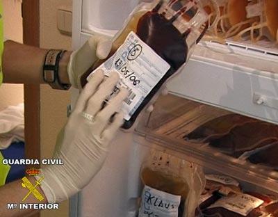Una de las bolsas de sangre incautadas (Fuente: http://imagenes.publico.es/resources/archivos/2011/1/13/1294956026705sangredn.jpg)
