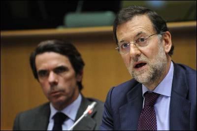 José María Aznar en segundo plano detrás de Rajoy, en un reciente acto en Bruselas.