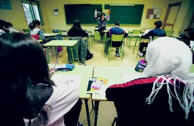 Alumnos de diversas nacionalidades y ambos sexos asisten a una clase en un centro educativo público de Madrid.
