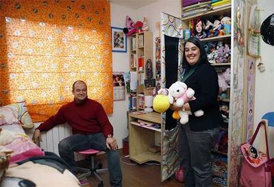 Raimundo Ruiz y Lucía Ibáñez, fotografiados en la habitación de Laura, su hija de acogida, en su piso de Madrid. - GRACIELA DEL RÍOdel río