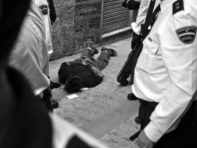Simone, en el suelo tras ser reducido, en octubre de 2007.Foto cedida por Jo Fiore.