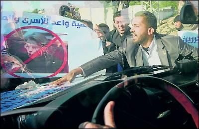 Palestinos agreden el coche de Alliot-Marie en Gaza.