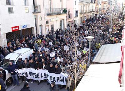 Unas 3.000 personas se manifiestan por el centro de Salt (Girona), ayer. - Toni Vilches