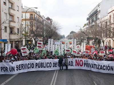 Manifestación convocada por plataformas y sindicatos contra el decreto ley de reordenación del sector público. RAÚL CARO
