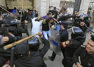 Policías egipcios apalean a varios manifestantes en El Cairo. - AFP