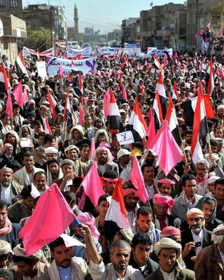 Manifestantes yemeníes gritan lemas y portan banderas y pancartas durante una de las cuatro concentraciones convocadas en distintos puntos de la capital por los principales partidos de la oposición yemení.