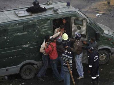 La policía arresta a manifestantes en la ciudad de Suez. (MOHAMED ADB REUTERS)