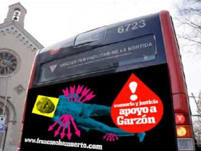 Imagen de la publicidad de la asociación en un bus.