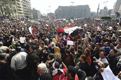 Miles de egipcios se concentran en la plaza Tahrir, el corazón de El Cairo y el de la revuelta popular contra Mubarak. - EFE