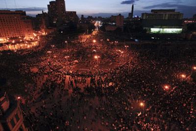 Decenas de miles de egipcios siguen ocupando, incluso por la noche, la plaza Tahrir del centro de El Cairo, a pesar del toque de queda en vigor. - AP