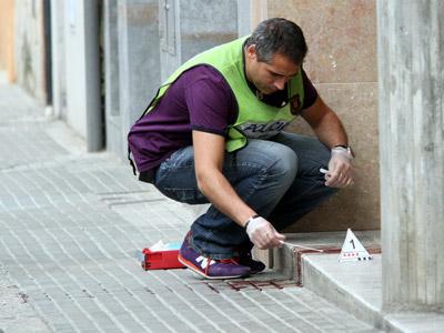 Un mosso toma muestras de un crimen machista cometido en 2010 en Girona.J. Castro