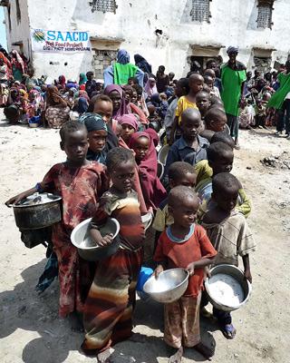 Unos niños esperan en Mogadiscio el reparto de comida. AFP