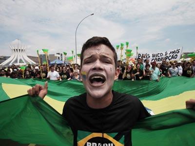 Las escobas caracterizan la marcha contra la corrupción en la capital Brasilia el miércoles. Eraldo Peres / ap