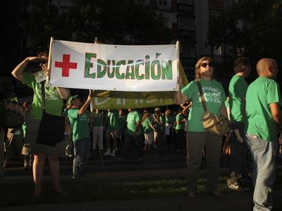 Los profesores hicieron ayer una cadena humana contra los recortes ante la Consejería de Educación. g. sanz