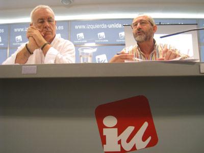 Cayo Lara compareció ayer en Madrid junto al responsable de la campaña de IU, Ramón Luque. -