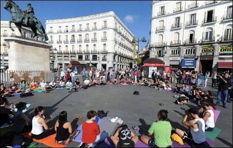 Un grupo de manifestantes realiza yoga  en Sol antes de la manifestación convocada para hoy.-
