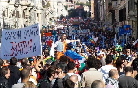 Miles de personas han marchado por las calles de Roma en una de las manifestaciones más multitudinarias de las convocadas para hoy.-