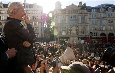 Julian Assange, fundador de Wikileaks, durante su intervención en la manifestación de Londres.-