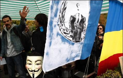 Bandera de Annonymus en la manifestación de Bucarest, en Rumania.-