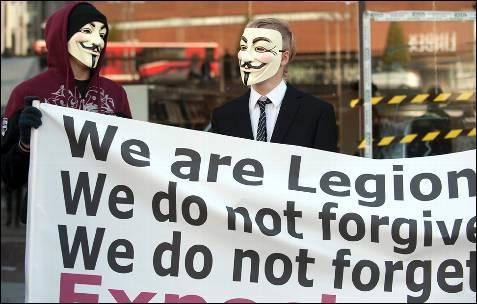 Dos manifestantes portan la careta de la película V de Vendeta en la ciudad de Estocolmo.-