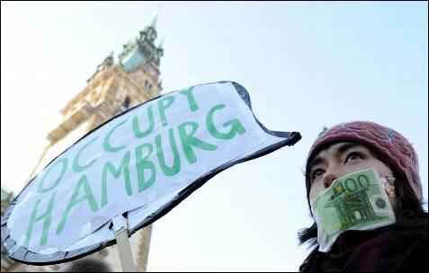 Manifestante en Hamburgo.-