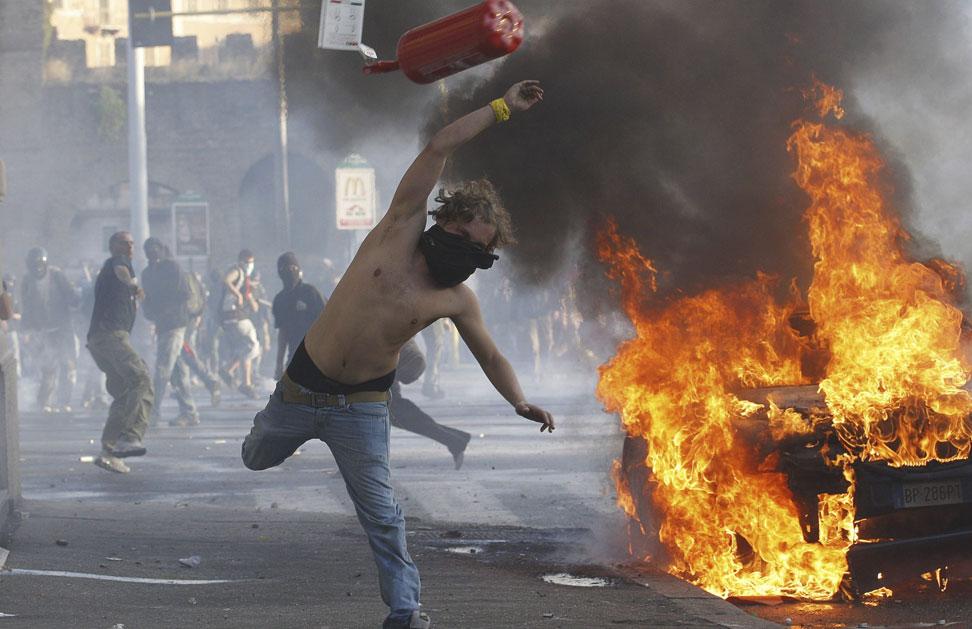 Imagen de los enfrentamientos entre encapuchados violentos y policía que han tenido lugar en Roma