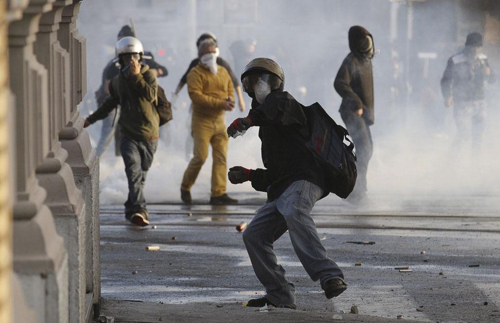 La policía italiana cargó unos doscientos encapuchados que incendiaron vehículos, atacaron comercios y bancos y les arrojaban piedras, bengalas y petardos durante la manifestación