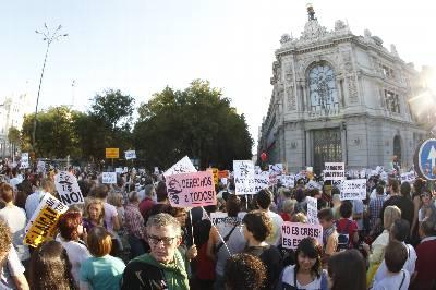 Cientos de manifestantes al inicio de la manifestación más numerosa del 15O.