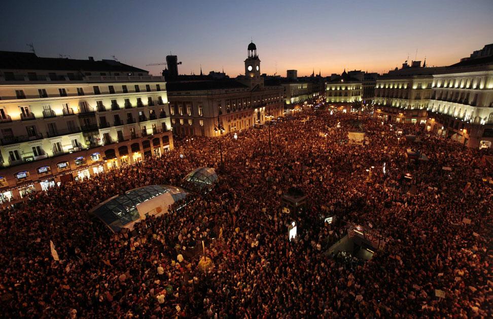 Decenas de miles de indignados en la plaza del Sol de Madrid