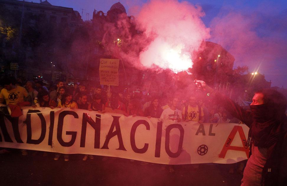 Indignados catalanes se manifiestan por las calles de Barcelona