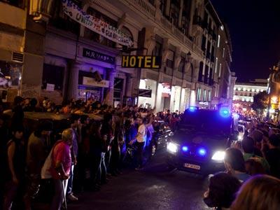 Un furgón policial pasa por delante del ocupado Hotel Madrid, donde se concentraron decenas de indignados. gabriel pecot
