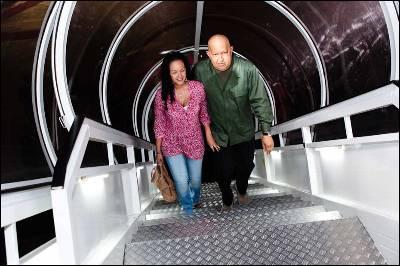 Hugo Chávez y su hija Rosa Virgina suben al avión que lo llevó a Cuba.