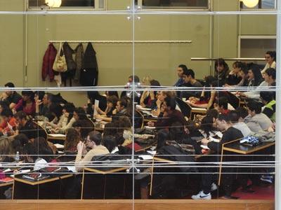 Alumnos en una clase de la Universitat Pompeu Fabra de Barcelona. manu fernández