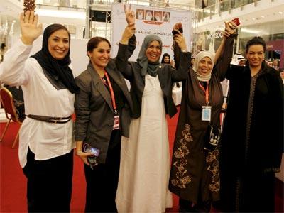 Las recién elegidas miembros del Parlamento de Bahréin celebran su triunfo. -MAZEN MAHDI / EFE