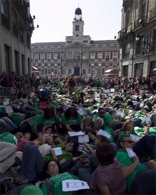 'Flashmobe' en la calle Preciados por la muerte de la educación pública.-Reyes Sedano/PÚBLICO
