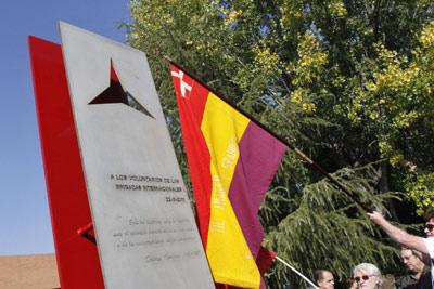 Un brigadista escocés, durante la inauguración hoy en la Universidad Complutense de un monumento que recuerda a las Brigadas Internacionales en su 75 aniversario. EFE
