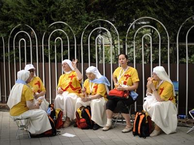 Unas peregrinas comen bocadillos en una calle de Madrid durante la pasada Jornada Mundial de la Juventud. AFP