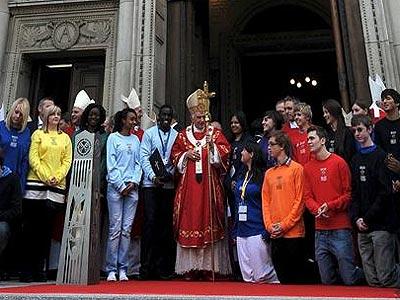 El papa Benedicto XVI bendice a los fieles durante la misa que ofreció en la catedral de Westminster en Londres, Reino Unido, en septiembre de 2010. EFE