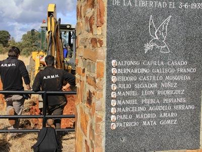 Trabajos de exhumación en la fosa de El Contadero./ARMH
