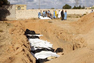 Una fosa común con 25 cadáveres hallada cerca de la ciudad de Sirte. Y. Boudlal / reuters