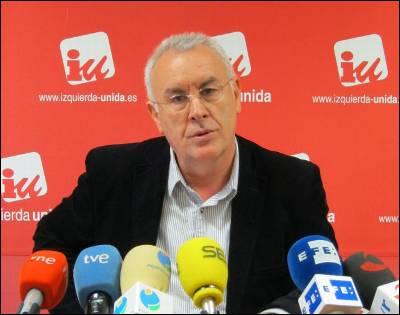 El coordinador federal y candidato de IU a la presidencia del Gobierno, Cayo Lara, ayer jueves, en su rueda de prensa en Logroño, La Rioja.EFE